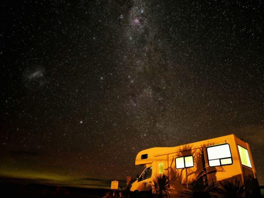 Campingvogn ute under stjernehimmelen
